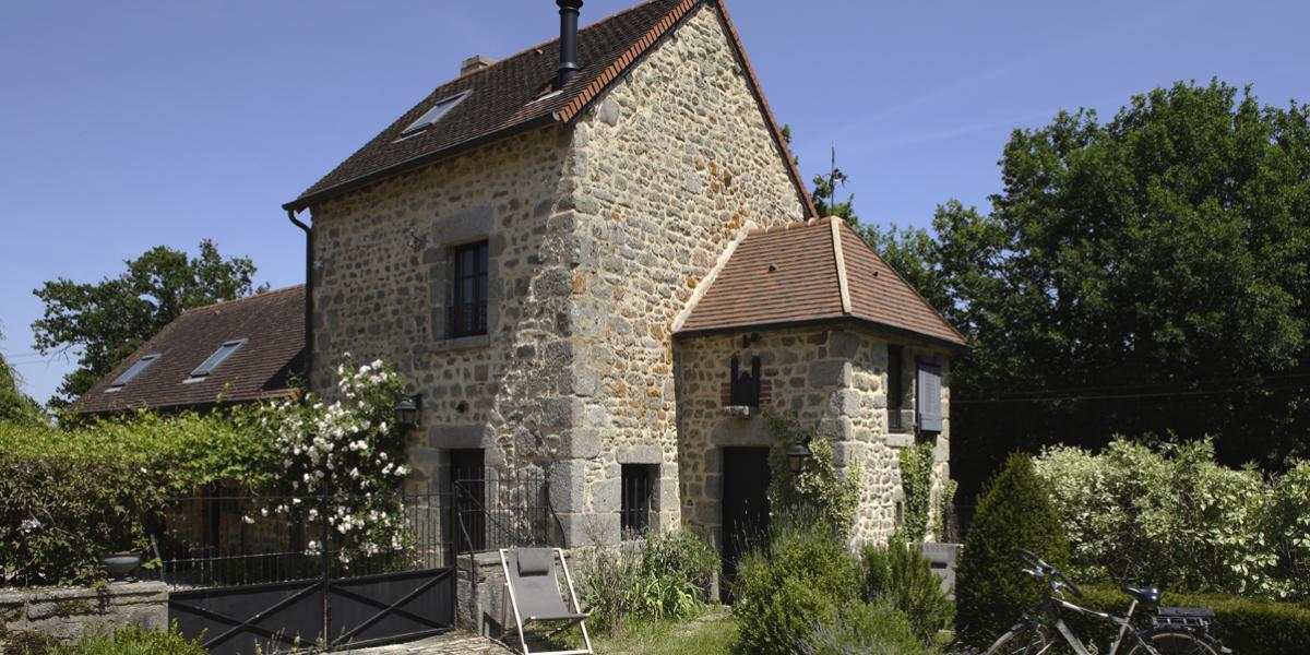 Charming cottages for 4 and 8 people classified 5 stars at the Gites de France with swimming pool, tennis court in a large lanscaped park with a fishing pond
