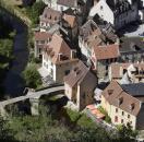 le pont de la Terrade et Les Maisons du Pont à Aubusson à 25 minutes des cottages de charme 5 étoiles du domaine de Louveraude avec piscine, tennis et espace paysagé en Nouvelle Aquitaine